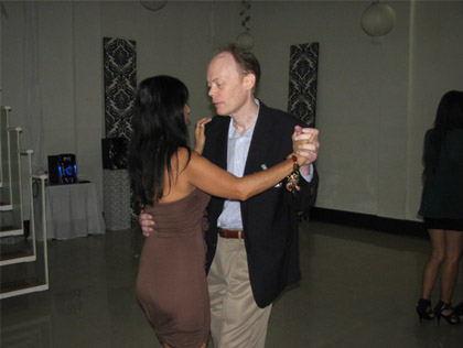 A foreign man dancing with a Colombiana
