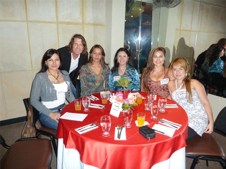 A group photo of a client and single women of Colombia